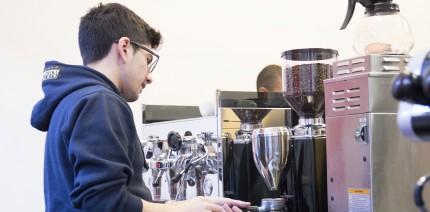 Caffetteria: come si pulisce il macinadosatore?